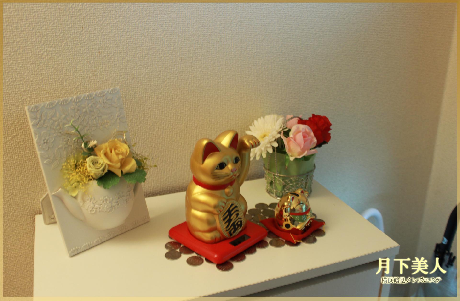 お客様とサロンに福があるように願った黄金のネコ(招き猫)
